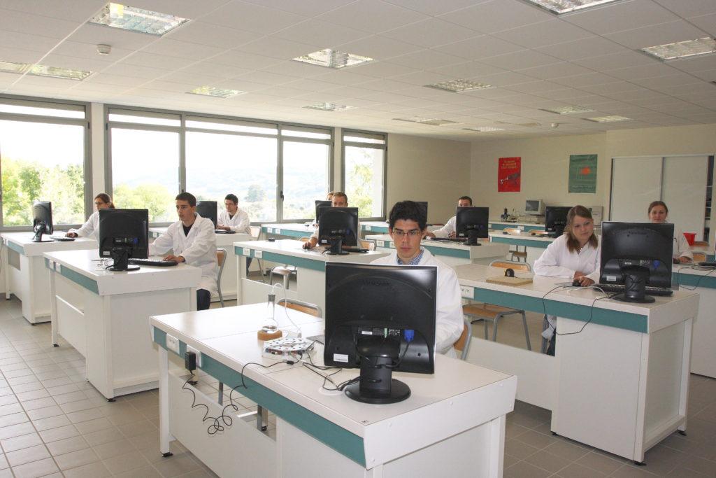 Les salles de classe et les labos du lycée